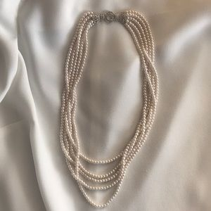 Striking Pearl Necklace with diamond-like clousure